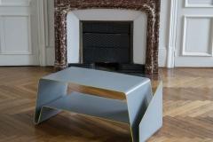 Table basse V devant cheminée