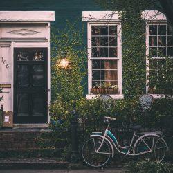 devanture d'une maison avec un vélo vintage