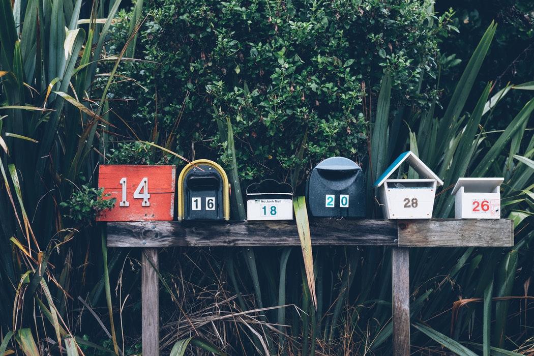 photo de boites aux lettres de plusieurs couleurs de face